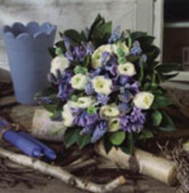 Blommor till Alla hjärtans dag behöver inte vara röda. Välj istället den färg som passar personen som ska få buketten. En bukett av vita ranunkler och blå pärlhyacinter kan ingen motstå. Blanda gärna med blå hyacinter för den goda doftens skull. Foto: Jan Tennek. Arrangemang: Kristina Strand.