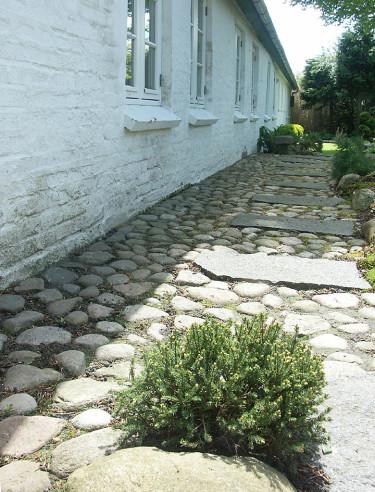 Rejäl kullerstengång mot huset, sedan en stenkant.Foto: Sylvia Svensson