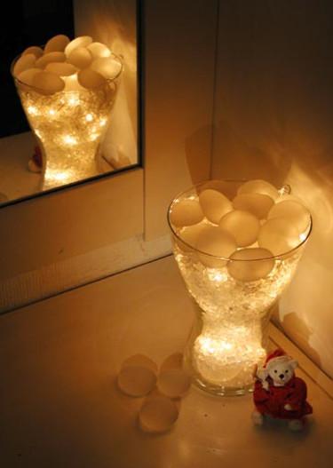 Första installationen är en stor glasvas med glaskross.