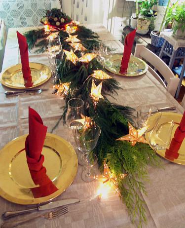 Cypressgirlang på festbordet.  Foto: Sylvia Svensson