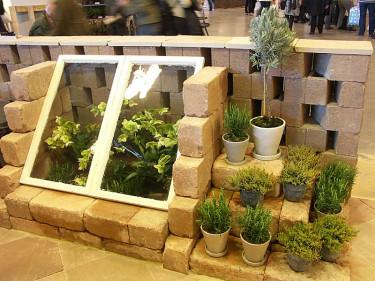 Enkelt växthus att ta tillvara den första vårvärmen! Foto: Sylvia Svensson