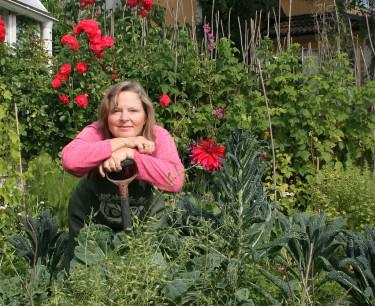 Tyra Hallsénius Lindhe i köksträdgården dit alla är välkomna.