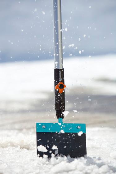 Isskrapa är en bra pryl när isen sitter som berget! Foto: Gardena