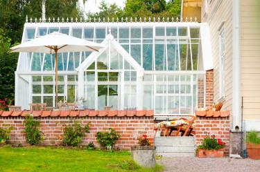 Växthuset blev ett uterum, eller är det tvärtom? Växthuset från Vansta Trädgård är direkt anslutet till bostadshuset och används som ett uterum.