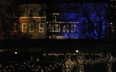 Julbelysta hus i parken. Foto: Bernt Svensson