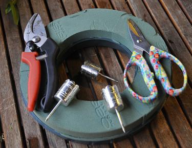 Oasisring, ljushållare och verktyg behövs för att tillverka kransar. Foto: Sylvia Svensson