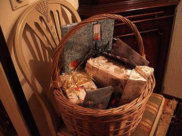 Julklappar vackert paketerade i en korg. foto: Sylvia Svensson
