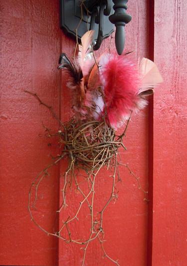 Enklaste sättet att påskpynta, en boll av rötter och några fjädrar! Foto och arr. Sylvia Svensson
