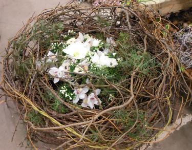 Risgrans med amaryllis och orkideer. Konstgjorda blommor passar bra här.