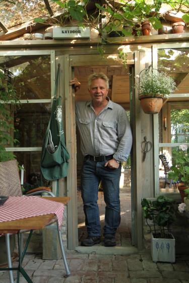 Det är 20 trädgårdar som är nominerade till titeln Sveriges vackraste trädgård. Peter Englander besöker dem alla!