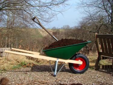 Den nyinköpta skottkärran hyser härlig kompostjord för vårens jordförbättring.  Foto: Katarina Kihlberg