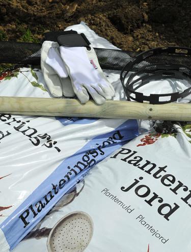 Planteringsjord, träduppbindare och stödkäpp. Foto: Bernt Svensson