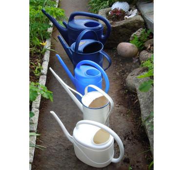 Vattenkannor på rad. Ofta behövs det mer vatten till växterna än man kanske tror. Foto: Bernt Svensson