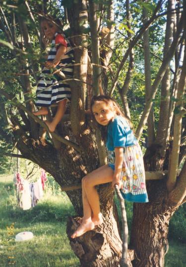 Bland det mest elementära lekarna för barn, är nog att få klättra i träd... vad vore en barndom utan det? Akta träden!, säger allt för många om tåliga träd. Plantera fler träd, säger jag.