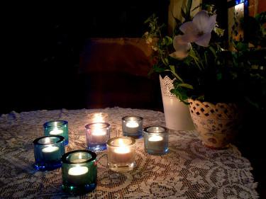 Många små ljuspunkter på fikabordet Foto och arr: Sylvia Svensson
