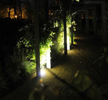 Gångbelysning och belysta stolpar är vackert i höstträdgården. Foto: Sylvia Svensson