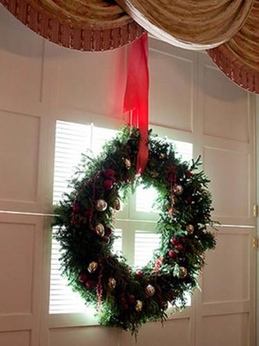 Krans dekorerad med julgranskulor. Foto: Bernt Svensson