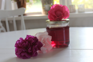 Rosgelé gjord på 'Hansa', 'New Dawn' och 'Romanze'-rosor.