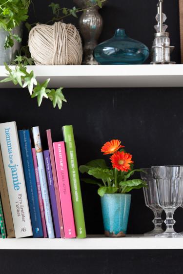 Gerbera, _Gerbera x cantabrigiensis_, gör sig fint i bokhyllan!   Foto: Blomsterfrämjandet/Minna Mercke Schmidt