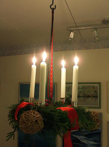 Krans monterad  i ställning hänger från taket Foto+arr: Sylvia Svensson