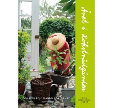 Året i köksträdgården med text och foto av Tyra Hallsénius Lindhe.
