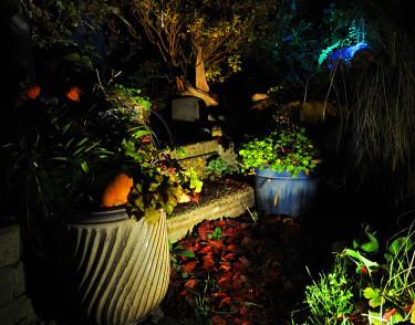 En stenlampa belyser krukarrangemangFoto: Sylvia Svensson