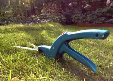 Att klippa en liten gräsmatta med sax är en sorts trädgårdsterapi. Långsamt och behagligt och inte alls bullrigt.