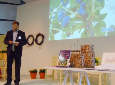 Leif Blomqvist talar om nya bär till trädgården. Foto: Sylvia Svensson