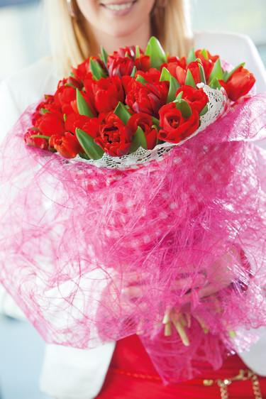 Rosa omslag runt den röda tulpanbuketten blir väldigt effektfullt!  Foto: Blomsterfrämjandet