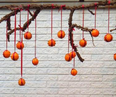 En pomander! Apelsiner dekorerade med kryddnejlikor och röda band. Foto: Sylvia Svensson