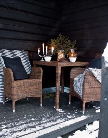 Än är det vinter hos Marie Lithén i Åre. I ett skyddat hörn utomhus är det välkomnande att slå sig ner en stund. Foto: Marie Lithén