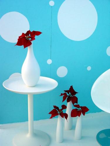 De vita, stilrena vaserna kommer från Lagerhaus. Möblerna från R.O.O.M och Plan 1.