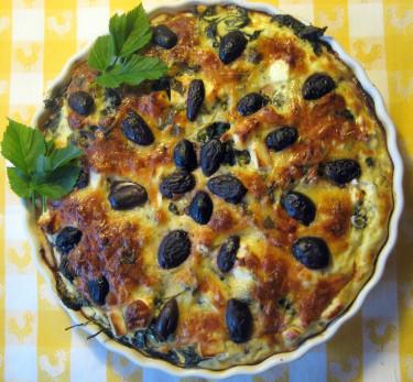 Kirskålspaj med fetaost och oliver.