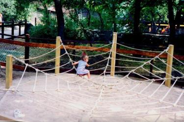 På Lill-Skansen i Stockholm, hade de flera år detta fina jättestora spindelnät, som massor av barn kunde leka i tillsammans.