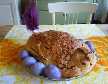Ett nybakad påskbröd i form av en höna, omkringad av blåbärsfärgade ägg. Foto och tillv. Sylvia Svensson