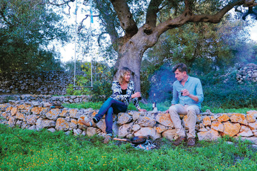 Författarna Sanna och Hannu i olivlunden. Foto: Bonnier fakta