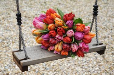 Färgsprakande bukett i rosa, rött och orange. Foto: Blomsterfrämjandet