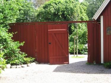 Planket ger lä och insynsskydd - porten välkomnar in! Foto: Karin Malmberg