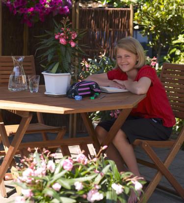 """Mirella, 11 år med sin """"kruka för sinnena"""". Mirella tänkte på sin semester i Italien ifjol och valde Nerium."""