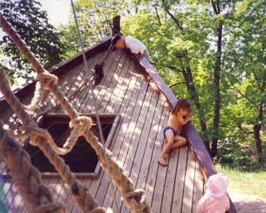 """Detta lekskepp byggde vi på Fjäderholmarna 1990 för att alla barn skulle ha någonstans att """"hänga och klänga"""". Skeppet fick en skyddad plats i en egen dunge."""