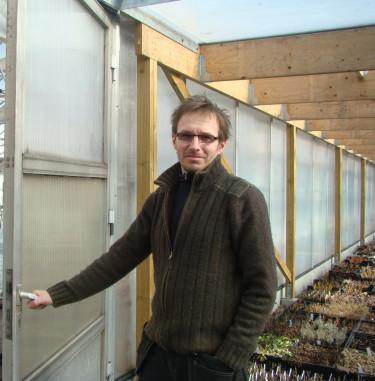 Bengt Håkansson på väg  in i växthuset, som står väl förberett för växternas ankomst.  Foto: Katarina Kihlberg