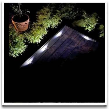 Decklight monteras ovanpå tärdäcket. Från [Balkongshoppen](http://www.balkongshoppen.se/led-decklight-komplettset-p-723-c-111.aspx)