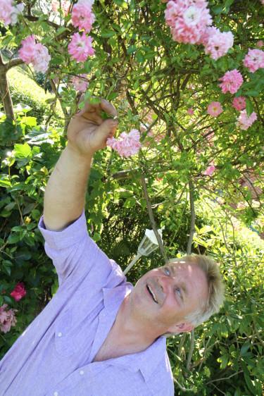 Peter Englander ger sig ut på jakt efter Sveriges vackraste trädgård i Trädgårdstoppen.