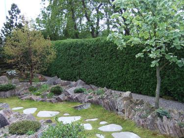 Platta, ojämna stenar bildar en avgränsningsmur som planterats. Foto: Bernt Svensson