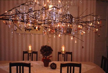 En mer glittrig variation av föregående är en stor gren över bordet. Foto och arr. Nanna Salmi.
