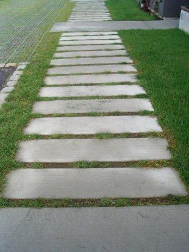 En betonggång med raka linjer skapar sin känsla och karaktär.  Foto: Karin Malmberg