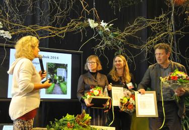 Författaren Kenneth Kauppi, formgivaren Marja Pennanen (tvåa tv) och Arenas representant tar emot priset från Gartenersällskapets representant (ej på bild) och Gunnel Carlson. Foto: Sylvia Svensson