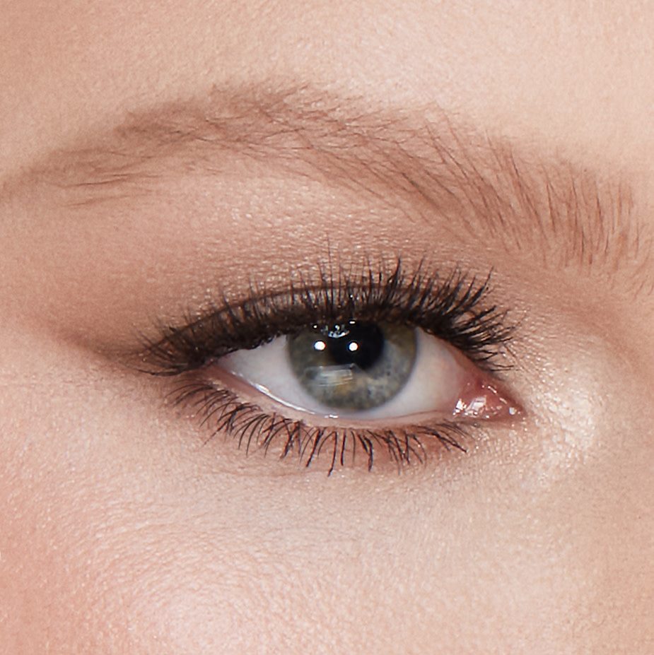 eyebrow makeup for blondes and redheads featured image - light blonde eye close up
