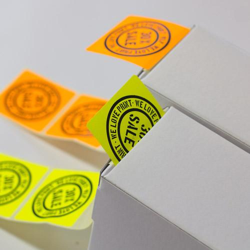 Neon Sticker in Gelb oder Orange auf der Rolle