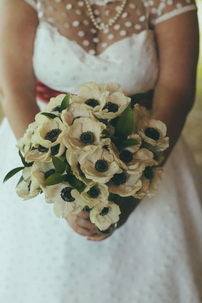 7 winter wedding flowers youll absolutely adore weddingwire anemone bouquet liz chrisman junglespirit Image collections